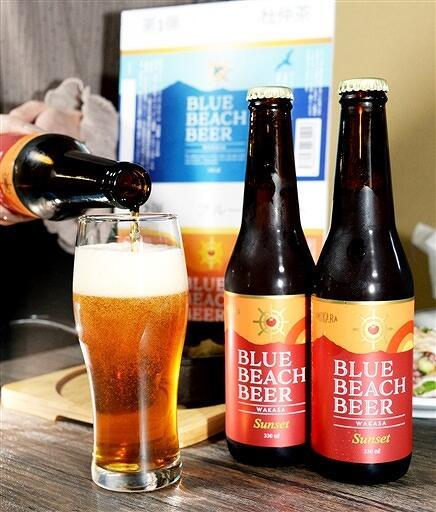 鮮やかな赤褐色のトマトビール。魚介に合うビールとして開発された=3月10日夜、福井県高浜町三明の「うみから」