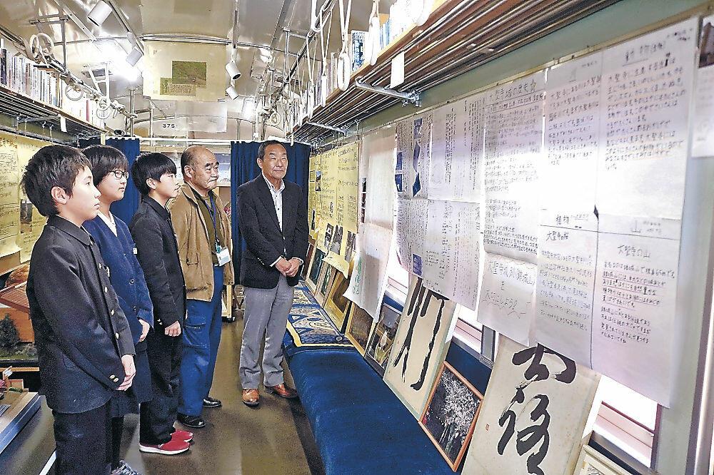 自作のポスターを紹介する錦城小児童=加賀市大聖寺八間道