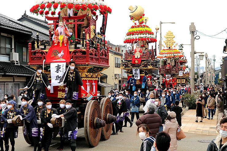 国重要無形民俗文化財指定を記念し、巡行する新湊曳山4基=射水市八幡町
