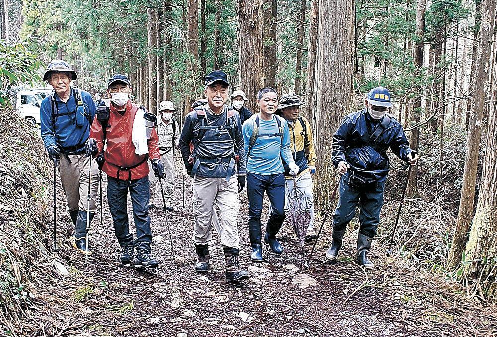 鞍掛山の山頂へ出発する参加者=小松市滝ケ原町