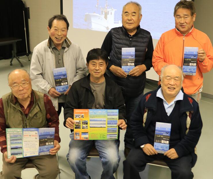 新しくなったパンフレットを紹介する野村新会長(前列中央)ら