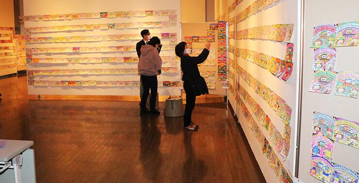 ギネス世界記録に認定された「最も長い塗り絵の列」=黒部市国際文化センター・コラーレ