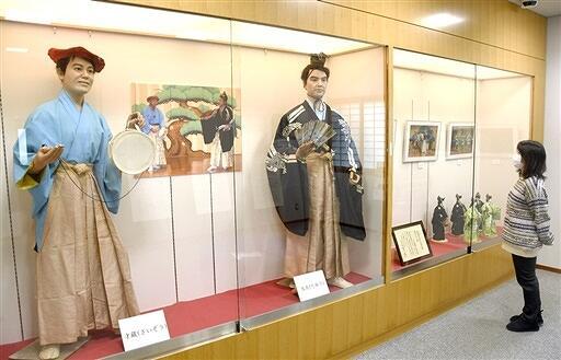 新春の祝福芸「越前萬歳」について紹介する展示=福井県越前市万葉館