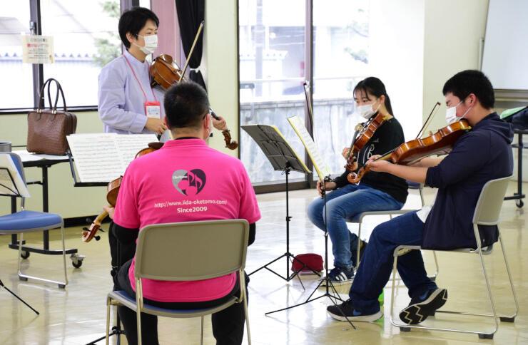 音楽クリニックでビオラの指導を受ける受講者