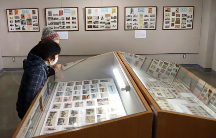 全国の絵はがきなどが展示されている企画展=新潟市西蒲区