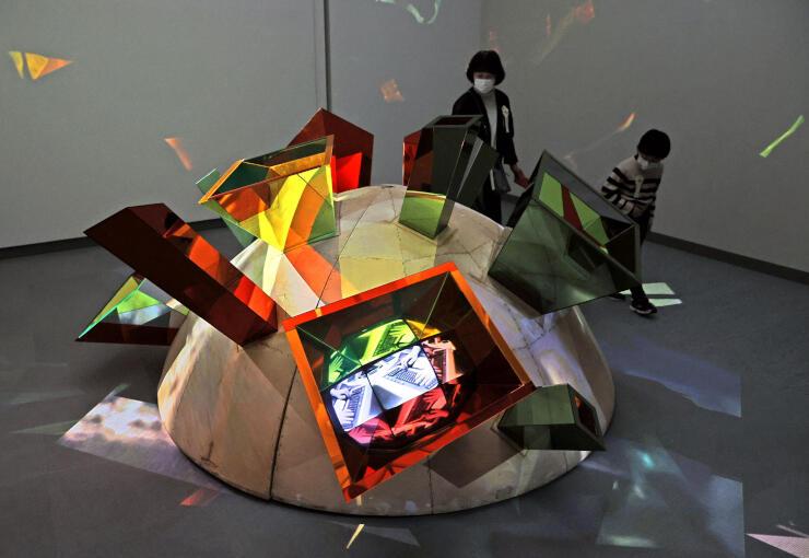 ビデオ彫刻の作品などが並ぶ久保田成子展=19日、長岡市千秋3の県立近代美術館