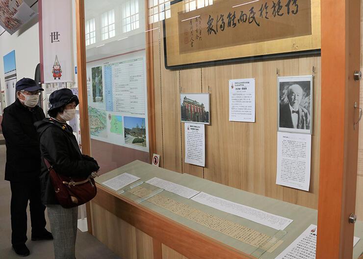 渋沢栄一の書簡や扁額などが展示されたコーナー