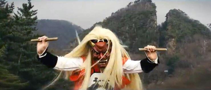 動画「鬼が滅んでいない島 佐渡島」で道遊の割戸を背景に舞う鬼太鼓の鬼