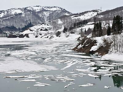 まるで流氷 春の絶景「雪流れ」 魚沼・破間川ダム