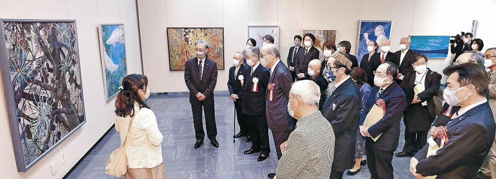 入賞作などを鑑賞する開場式出席者=金沢市の石川県立美術館