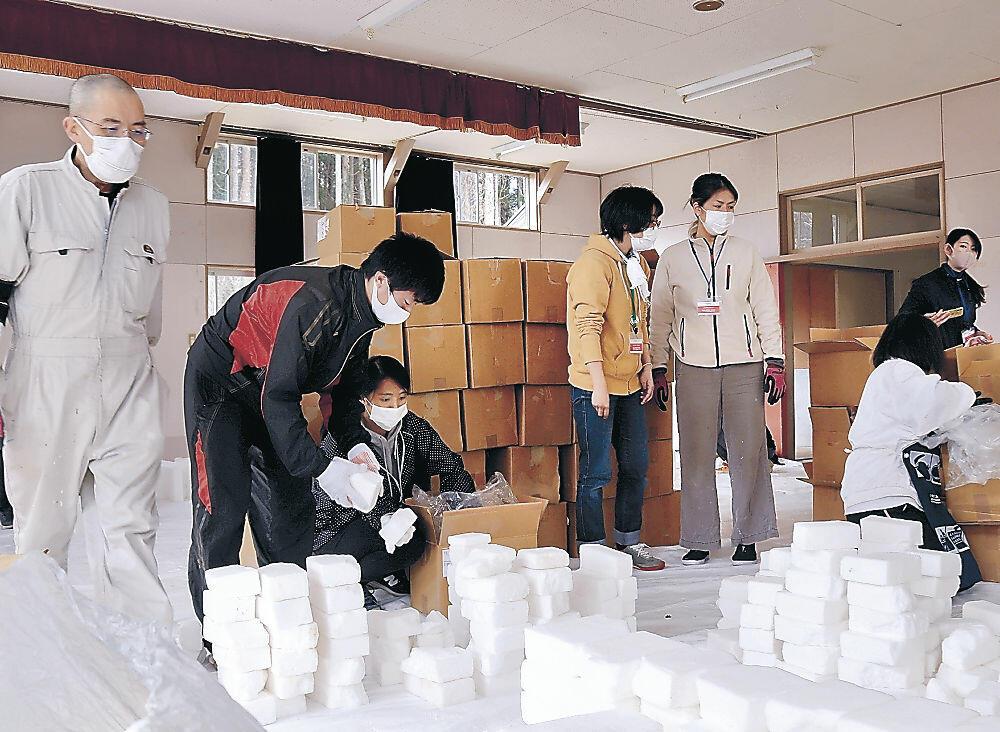 塩のブロックを仕分けするサポーター=珠洲市三崎町小泊