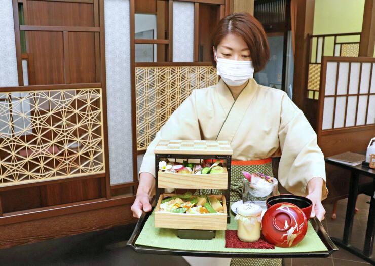 きふねの「桐たんす御膳」。店内は組子で飾り、加茂市名産の桐たんすや木工製品をPRする=同市穀町