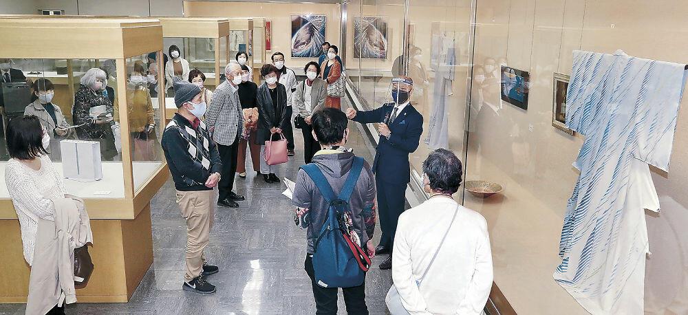 工芸の作品解説に耳を傾ける来場者=金沢市の石川県立美術館