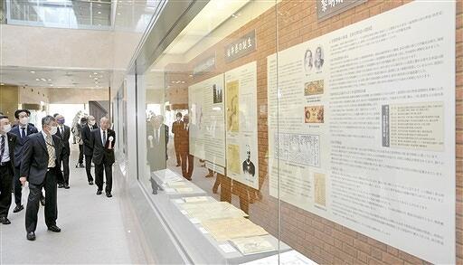 福井商工会議所の創立140年を記念した展示会=3月29日、福井県福井商工会議所ビル
