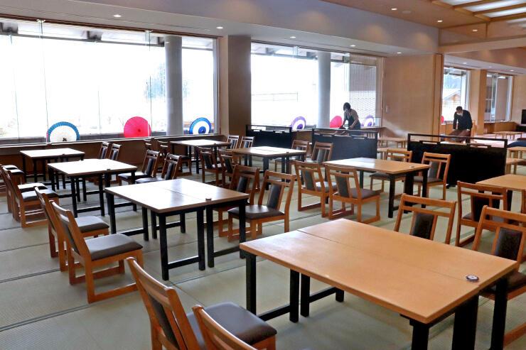 リニューアルオープンする美人の湯。和傘で施設内を飾り、食堂の座敷にはテーブル席を設けた=30日、加茂市宮寄上