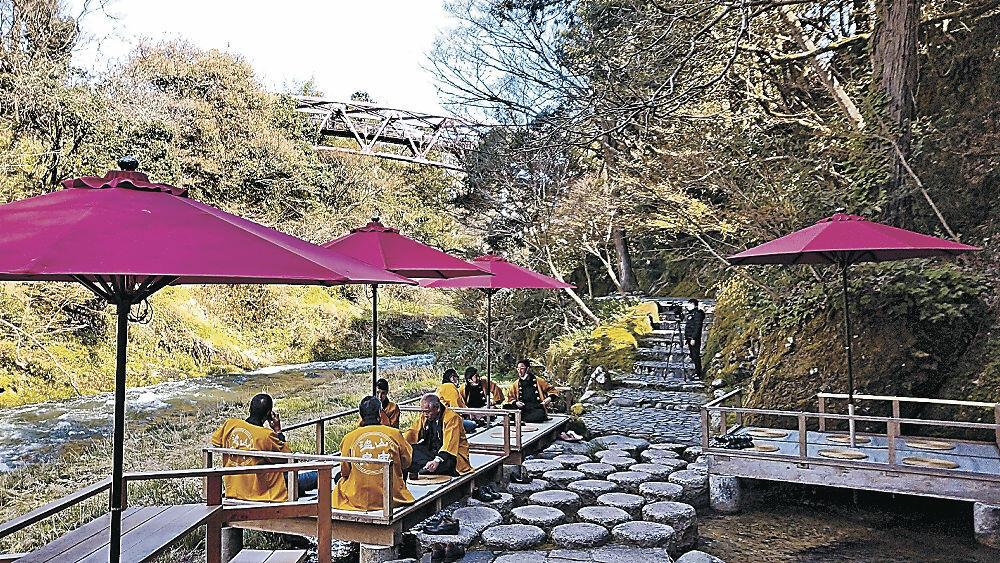 川床で自然を満喫する来訪者=加賀市山中温泉