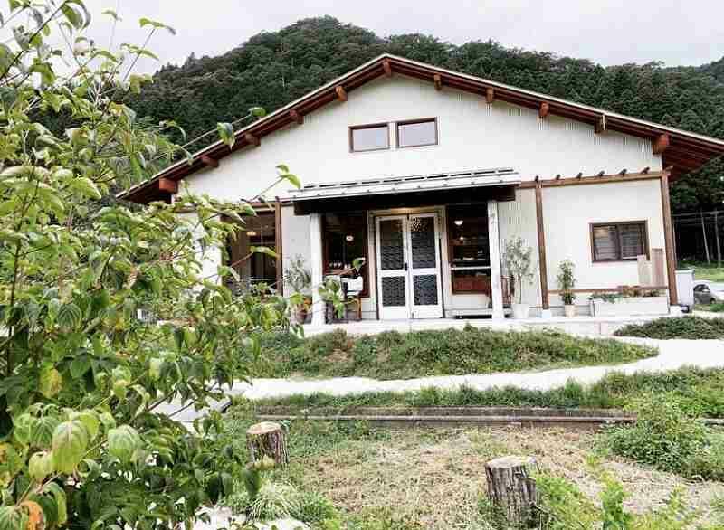 竹田川に沿った山中の道なりを進むとある「鈴廼園」