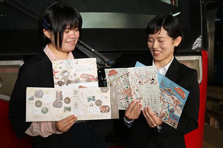 完成したガイドブックと生活マップを手にする五十嵐さん(左)と飯沼さん