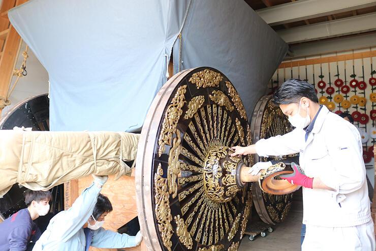 山車に取り付けられた車輪。ぴかぴかに輝いている