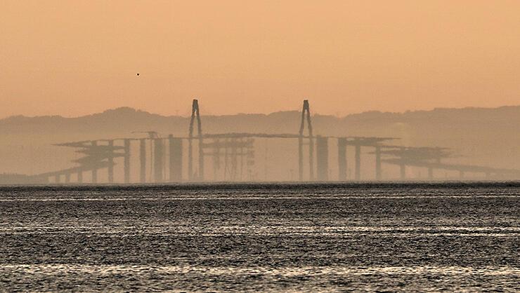 両端がギザギザに変形して見える新湊大橋=3日午後5時10分ごろ、海の駅蜃気楼から撮影