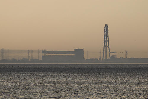 ワニの口のように変形した富山火力発電所の建物=3日午後5時ごろ、海の駅蜃気楼から撮影