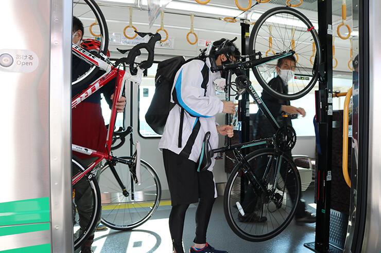 ラックに自転車を固定する参加者