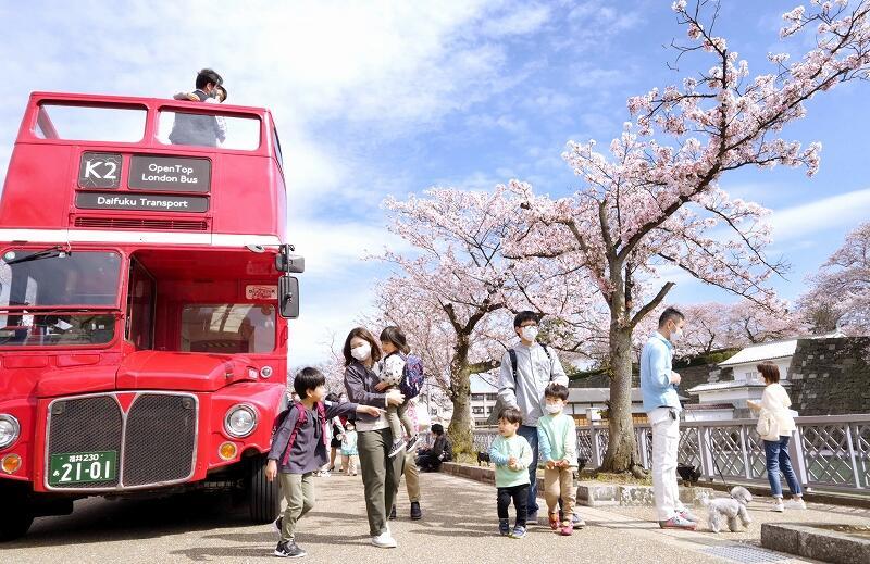 桜並木を巡るミニツアーのために2階建てバスも登場した「ふくい桜パーク」=4月3日、福井県福井市大手3丁目