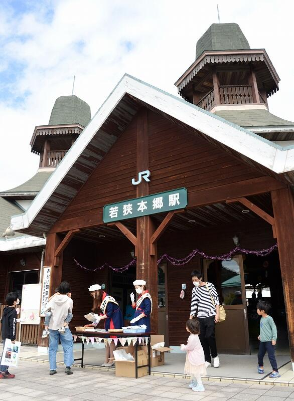 開業100周年を迎えた若狭本郷駅。ミニイベントが開かれにぎわった=4月3日、福井県おおい町本郷