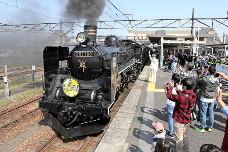 鉄道ファンや家族連れに見守られながら定期運行をスタートしたSLばんえつ物語号=3日、JR新津駅