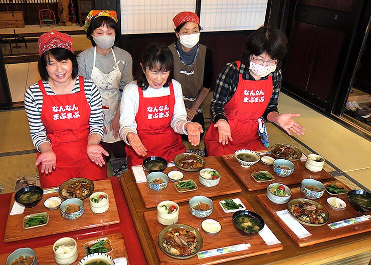 11日開店に向けた試食会で、定食作りを担当した女性メンバー