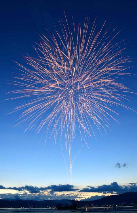昨年中止となった諏訪湖祭湖上花火大会の伝統をつなごうと諏訪市が企画して打ち上げた花火。夕暮れの湖上に10発上がった=2020年8月15日