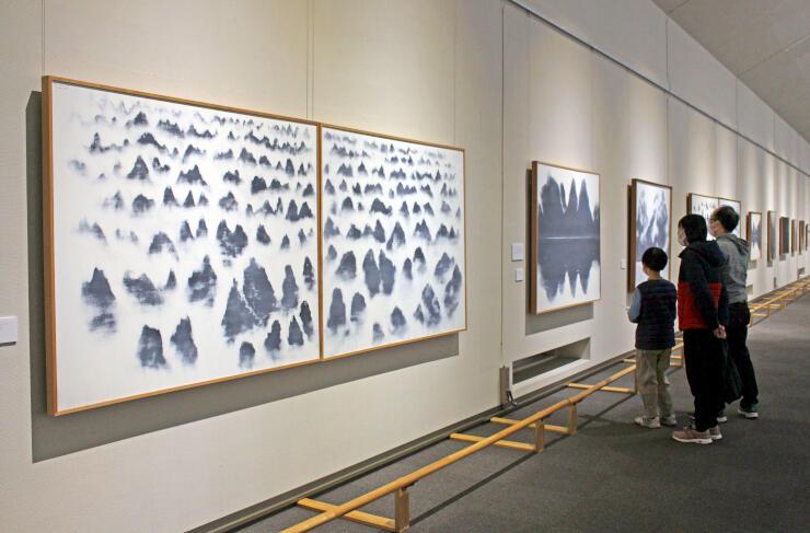 富岡惣一郎が霧を描いた絵画を中心に紹介する企画展=南魚沼市のトミオカホワイト美術館