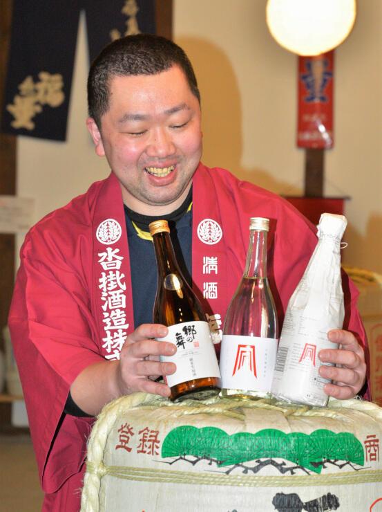 イベントで販売する日本酒を見せる沓掛さん