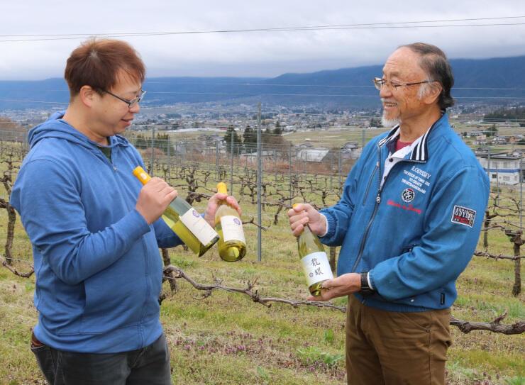 初の町産ワインを商品化した横山嘉道さん(右)と弘樹さん
