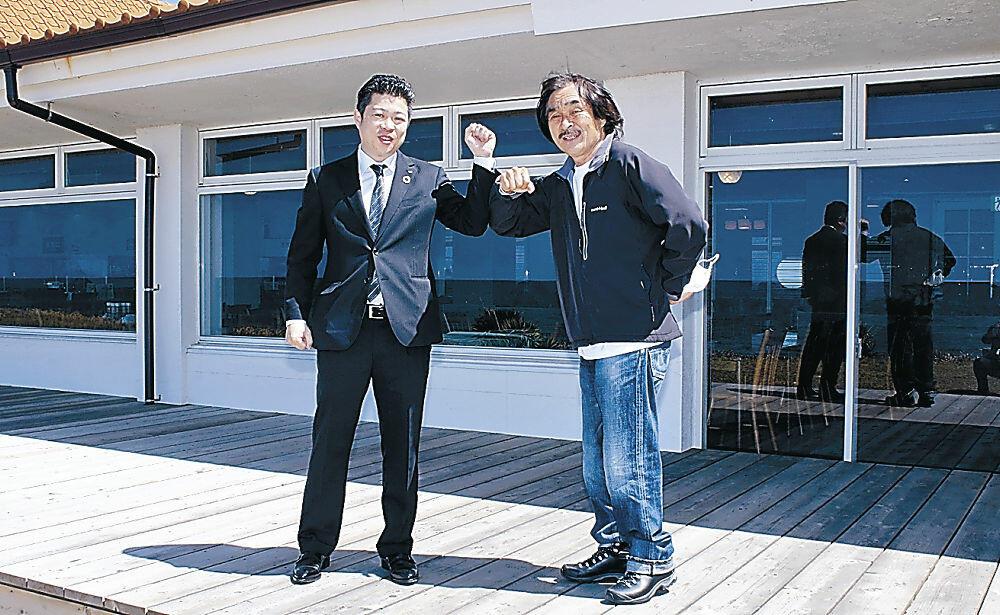 カフェの創設に向けた協定を結んだ風間さん(右)と酒井社長=羽咋市千里浜町