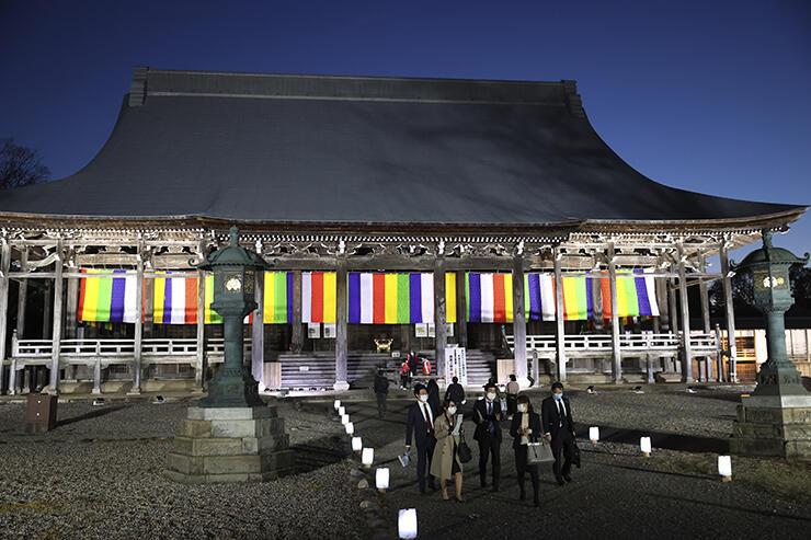 LEDの照明で照らされ、荘厳な姿を見せる本堂=勝興寺