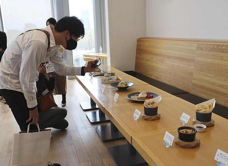 数々のメニューが紹介された試食会=県美術館