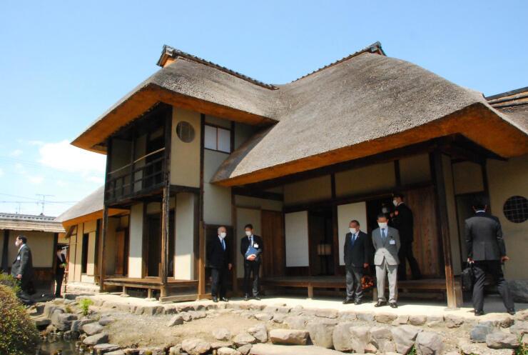 分厚いかやぶき屋根を約30年ぶりにふき替え、一般公開が再開した旧横田家住宅