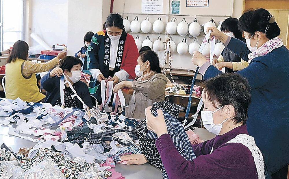 ひも作りに取り組む参加者=珠洲市飯田町のいきがい活動センター