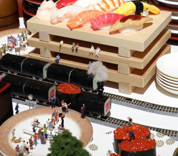すしの食品サンプルを使った作品。すしは列車に、皿は駅になった