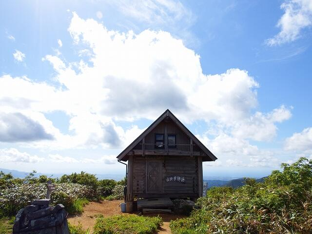 丈競山山頂にある避難小屋