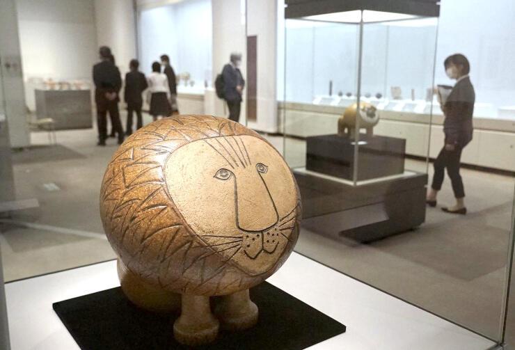 「アフリカ」シリーズなど多彩な作品が並ぶ「リサ・ラーソン展 創作と出会いをめぐる旅」=新潟市秋葉区の新津美術館