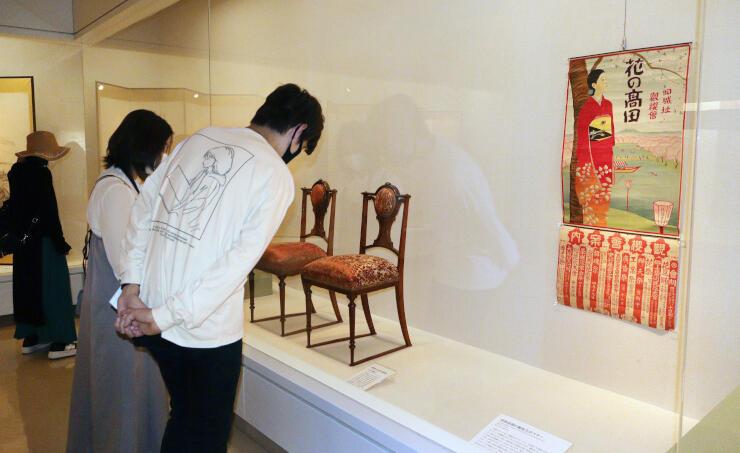 歴史ある品々が並ぶ「新収蔵品展」=上越市