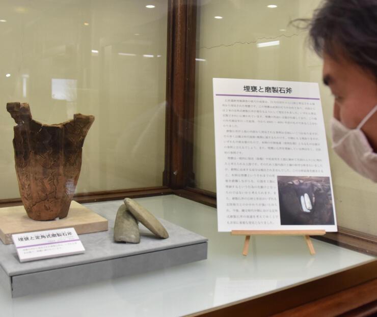 埋がめと中に入っていた磨製石斧の展示
