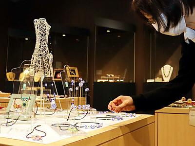 バーナーが作るガラスの芸術 諏訪の美術館「目を凝らして見て」