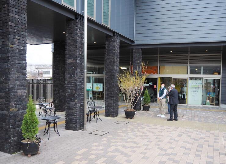 今夏に屋外バーが初めて開設される「くつかけテラス」のチャレンジショップ(奥)前の広場