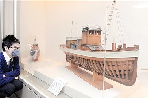 精巧は船の模型が並ぶ胡間さんの作品展=4月13日、福井県高浜町郷土資料館