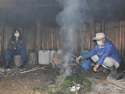 かやぶきに煙、縄文をしのぶ 富士見・井戸尻遺跡の復元住居