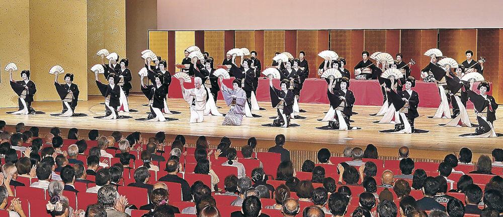 金沢おどりのフィナーレを飾る総おどり「金沢風雅」=2019年9月、石川県立音楽堂