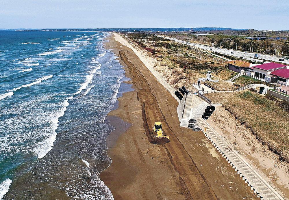 通行規制の解除に向けて整備が進められる千里浜なぎさドライブウェイ=宝達志水町柳瀬(小型無人機から)